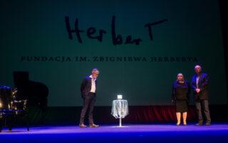 Moment wręczenia Nagrody, laureat Durs Grünbein, Grażyna Melanowicz, członek Rady Fundacji PZU, Adam Zagajewski, członek Rady Fundacji im. Zbigniewa Herberta