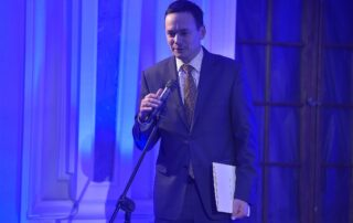 Minister Jacek Cichocki odczytuje list od Premiera Donalda Tuska