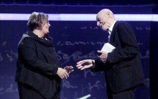Alina Gużyńska - przedstawicielka PKN ORLEN wręcza statuetkę Ryszardowi Krynickiemu