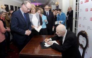 Ryszard Krynicki podpisuje swoją książkę