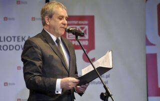 Jarosław Gajewski odczytuje wiersz Laureata, Ryszarda Krynickiego