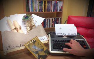 Wnętrze biblioteki, tom poezji, maszyna do pisania