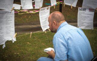 Mężczyzna czytający z zawieszonej przed nim kartki papieru