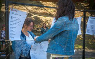 Kobiety wieszające kartki papieru na sznurku