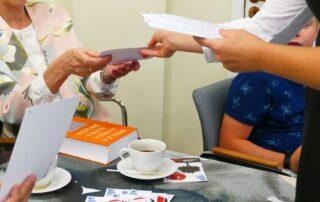 Ludzie przekazujący sobie kartki papieru