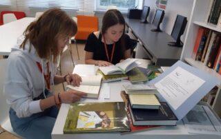 Dwie osoby czytające książki
