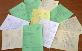 Kartki papieru na stole