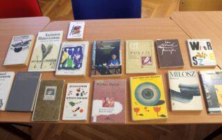 Książki ułożone na stole