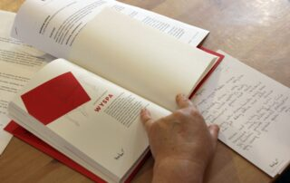 Książka i kartki papieru