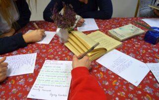 Ręce osób piszących