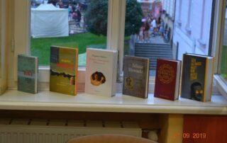 Książki stojące na oknie