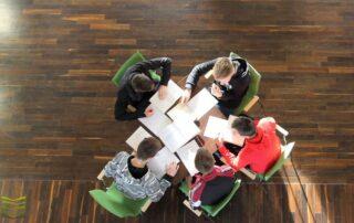 Cztery osoby siedzące przy stole