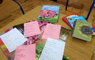 Książki i kartki papieru na stole