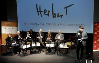 Członkowie jury: Jarosław Mikołajewski, Jume Vallcorba Plana, Lidija Dimkovska, Edward Hirsch, Agneta Pleijel, Tomas Venclova i sekretarz jury Andrzej Franaszek