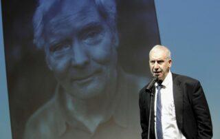 Edward Hirsch, przewodniczący jury ogłasza W. S. Merwina laureatem I edycji Nagrody im. Zbigniewa Herberta
